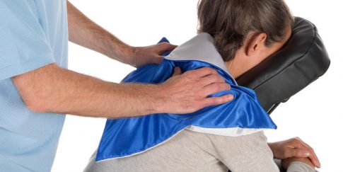 Massagedoekje voor behandeling van de bovenrug.