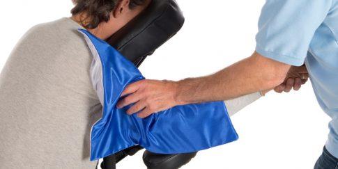 Massage van de bovenarm met het massagedoekje.